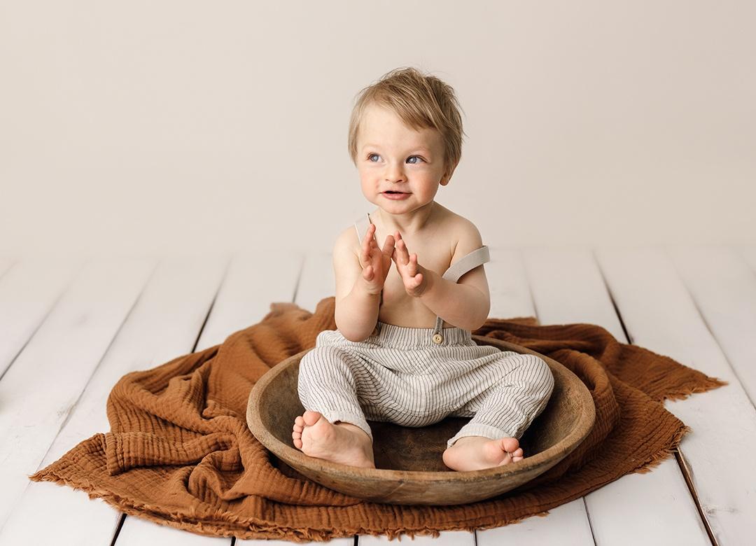 1-vuotias poika istumassa vadissa