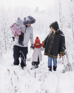 Talvinen kuva perheestä pellolla
