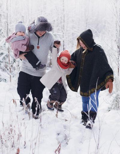 Iloinen talvinen kuva perheestä