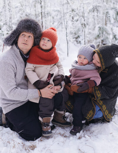 Talvinen kuva perheestä